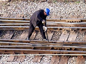 This rail worker faces many dangers every day. If you have been injured while working for a railroad company, call an El Paso FELA attorney now.